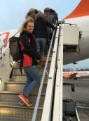 Susanne auf der Flugzeugtreppe